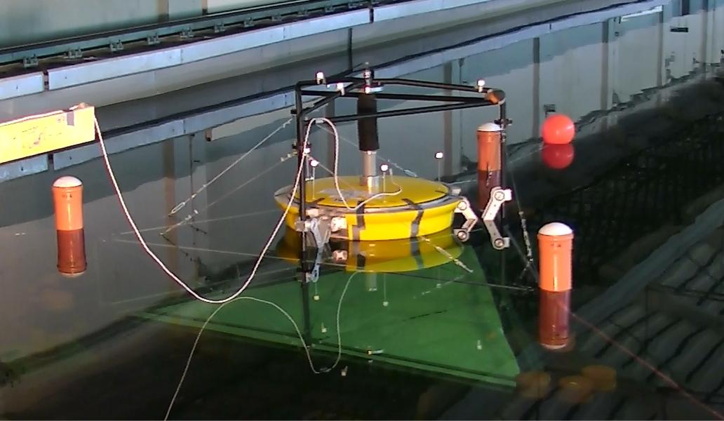 Wellenenergiekonverter beim Seegangsversuch in der Schlepprinne.